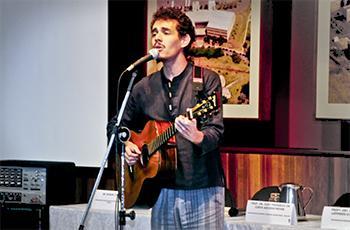 Paulo Ohama, estudante do IA, canta