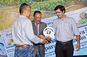 A entrega do prêmio para a Unicamp