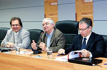 Reitor Fernando Costa (centro) lança vestibular
