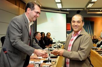 Alvaro Crósta entrega prêmio a Gildenir (FE)