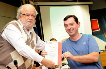 O reitor entrega o grande prêmio a Renato (SAE)