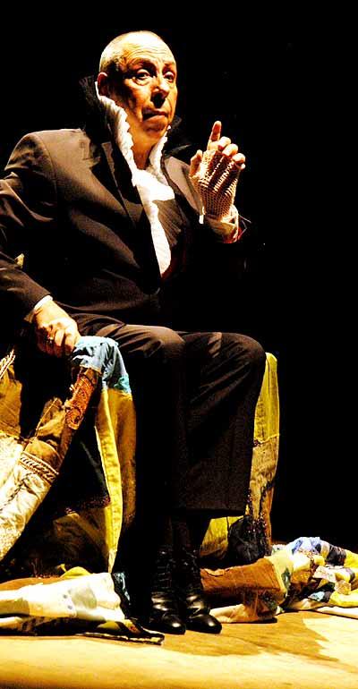 O ator e diretor José Caldas no palco, em O Medo Azul (Fotos:Antoninho Perri)