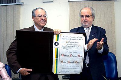 Warwick Estevam Kerr recebe do reitor José Tadeu Jorge o diploma de Doutor honoris causa da Unicamp (Foto: Antoninho Perri)