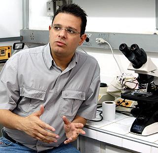 O professor Fábio Trindade Costa, coordenador da pesquisa: surgimento de cepas de parasitas resistentes é o maior desafio (Foto: Antoninho Perri)