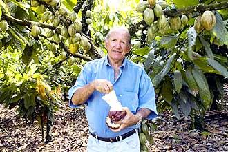 A boa colheita no cacaueiro de Edvaldo Sampaio na Bahia: por conta própria, ele introduziu um conjunto eficaz de técnicas contra a vassoura-de-bruxa