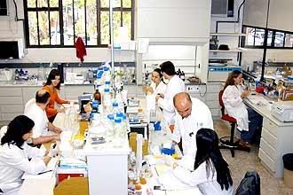 O trabalho no Laboratório de Genômica e Expressão: iniciativa do cacauicultor baiano ajudou a ciência de ponta a queimar várias etapas da pesquisa
