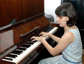 Fabiana Bonilha ao piano, que começou a teclar aos 7 anos: agora no doutorado e planos para a carreira acadêmica (Foto: Neldo Cantanti)