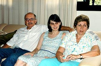 Entre os pais Luciano e Vera: a mãe transcrevia todos os livros didáticos para o braile (Foto: Neldo Cantanti)