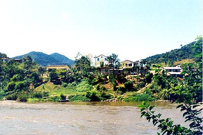 O Ribeira de Iguape banhando a comunidade de Ivaporunduva: rio que subsiste graças à luta das comunidades tradicionais (Foto:Antoninho Perri/Álvaro Kassab)