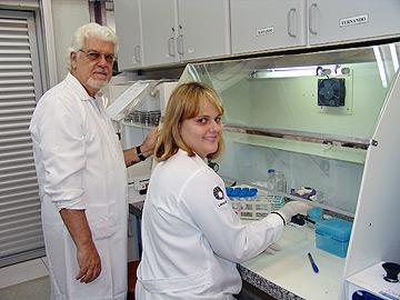 A cirurgiã-dentista Vivian Fernandes Furletti e o professor José Francisco Höfling, um dos orientadores da pesquisa: microrganismos podem superar as defesas do hospedeiro (Foto: César Maia)