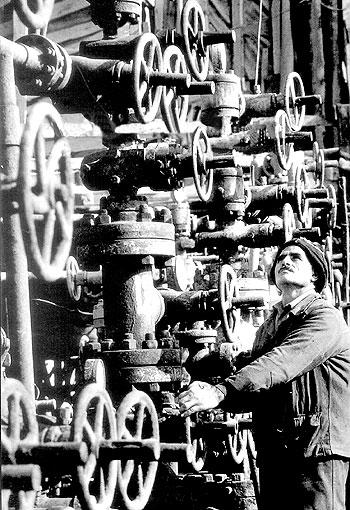 Homem trabalhando em máquina cheia de engrenagens