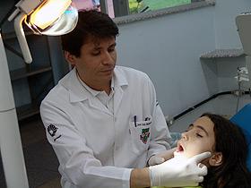 O cirurgião-dentista José Luis Muñante-Cárdenas, autor da tese, durante atendimento na FOP: pais devem ficar atentos (Foto: César Maia)