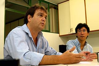 Os professores Fernando Sarti e Célio Hiratuka, do Neit: para coordenadores da pesquisa, cadeia de saneamento precisa superar entraves (Foto: Antonio Scarpinetti)
