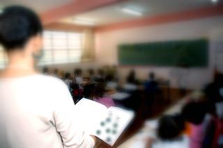 Professora em sala de aula de escola estadual, em Campinas: para fundamentar o trabalho, as coordenadoras analisaram 64 resenhas feitas por equipe de pesquisadores (Fotos: Antoninho Perri)