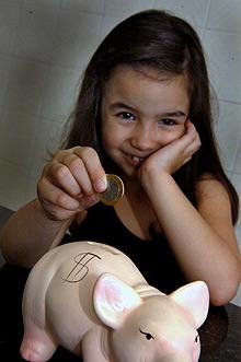 """Segundo a autora da pesquisa, """"o cofrinho de moedas e a caderneta de poupança visam à educação dos filhos, mas mesmo essas ações não chegam a assumir um caráter pedagógico"""" (Fotos: Antoninho Perri)"""
