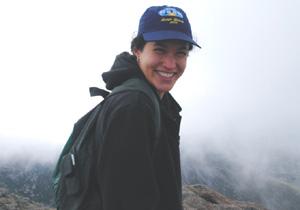 """A bióloga Aline Lopes e Lima, autora da pesquisa, em trabalho de campo: """"A neblina favoreceu a manutenção das trocas gasosas, maior crescimento e maior sobrevivência das espécies arbóreas"""" . (Foto:Divulgação)"""