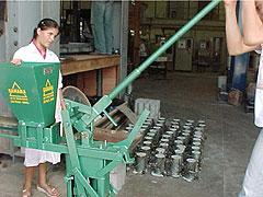 Aluna do ensino médio durante oficina e uma das prensas usadas no processo de produção: repassando os conhecimentos para a comunidade(Foto: Antoninho Perri)