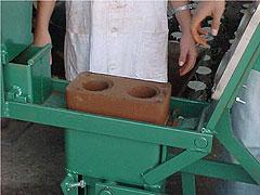 Uma das prensas usadas no processo de produção: repassando os conhecimentos para a comunidade (Foto: Antoninho Perri)